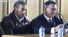 El acusado, (izda.) con su abogado esta tarde en la lectura del veredicto. /SN