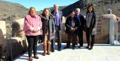 La delegada gubernamental, (2ª izda.), junto al alcalde y la subdelegada y algunos vecinos del pueblo. /S. de G.