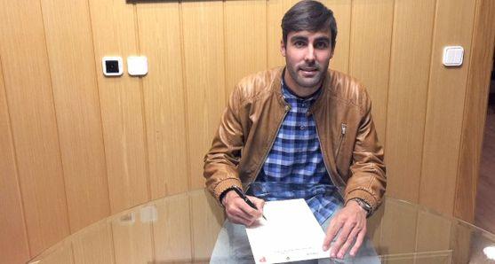 El jugador rubrica su nuevo contrato./CDN