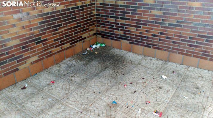 Suciedad en uno de los rincones del bloque de viviendas. /SN