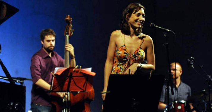 La intérprete con su grupo en una actuación.