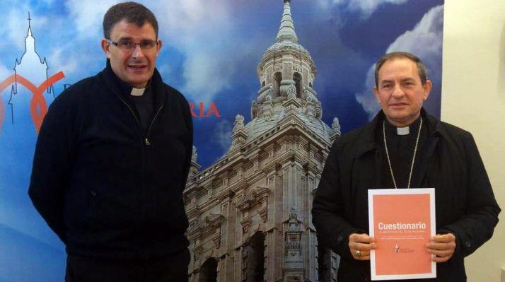 El obisto, (dcha.) con el vicario de Pastoral este jueves. /DOS