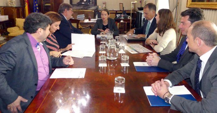 Un momento de la reunión con la comisionada.