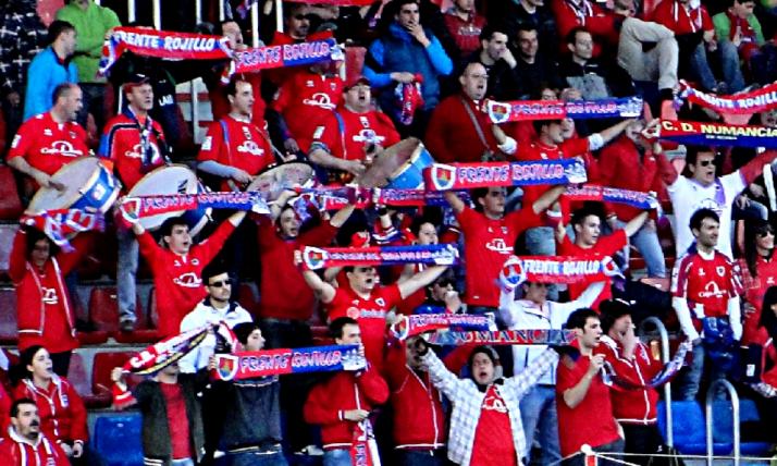 Aficionados del Frente Rojillo en un partido del Numancia. /FR