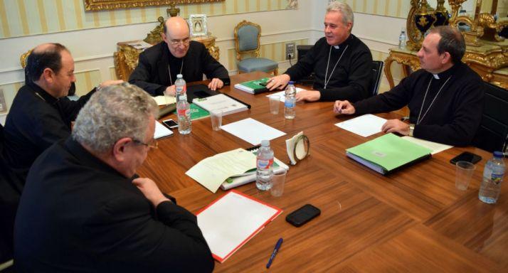 El obispo (dcha.) en la reunión. /DOS