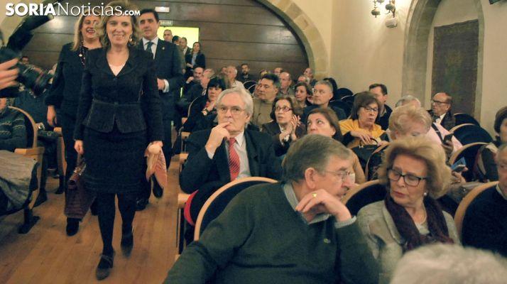 Salgueiro a su llegada al aula magna Tirso de Molina acompañada por Yolanda de Gregorio y Carlos Martínez Izquierdo. /SN
