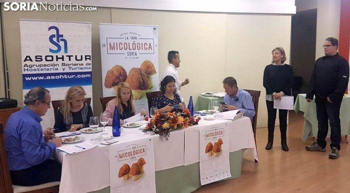 El jurado calificador esta tarde en el CIFP La Merced, en la capital. /SN