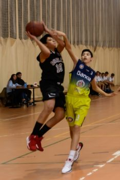 Un jugador del CSB salta ante la presión de su rival.