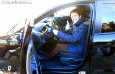 La agraciada al volante de su nuevo vehículo. /SN