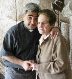Molina, en una imagen con su madre. /DOS
