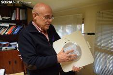 José Antonio Martínez muestra una luminaria con tecnología LED en su despacho de la Diputación.