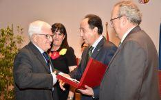 Entrega del reconocimiento al doctor Juan Manuel Ruiz Liso. /Jta.