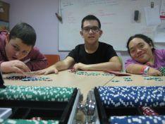 Usuarios de Aspace Soria con las fichas que se utilizarán en el Torneo de Póker.