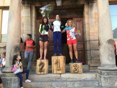 Marina Peña, en lo alto del podium en Covaleda. /FedeTriatlonCyL