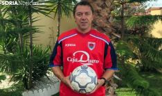 Laurentiu Rosu, con la elástica del Numancia, enseña el balón con el que le anotó tres goles al Real Madrid.