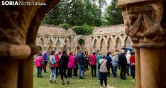 Turistas visitando los Arcos de San Juan de Duero. /SN