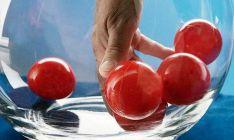 Mano removiendo las bolas en un bombo de la Copa del Rey.