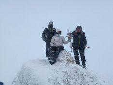 Montañeros en la cumbre de Urbión con el Belén. /Club 'De dos caminos el peor' de Covaleda
