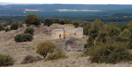 El entorno y las ruinas de la ermita de Santa Lucía.