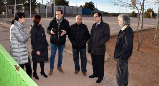 El alcalde, (1º izda.) durante la visita del delegado de la Junta en Soria (2º dcha.) en el patio del colegio.