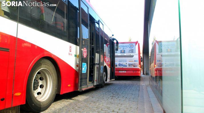 Dos autobuses urbanos de la capital. /SN