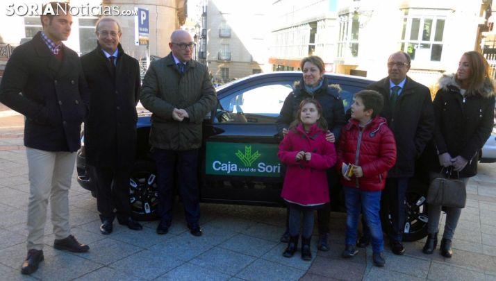 Un momento de la entrega del vehículo, en la calle Diputación. /SN