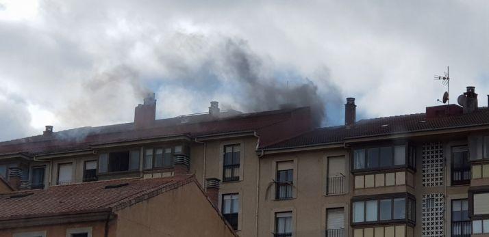 Imagen del incendio, en la que se ve el humo que sale de la vivienda siniestrada.