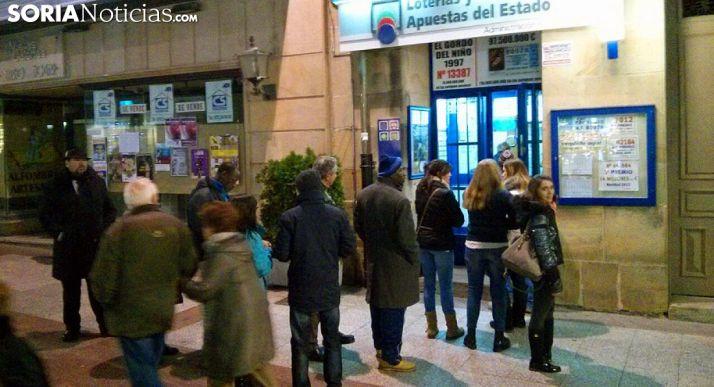 Una fila para comprar lotería en la capital. /SN