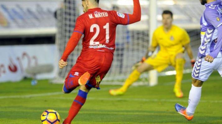 Marc Mateu, a punto de impactar con el balón en Los Pajaritos contra el Valladolid.