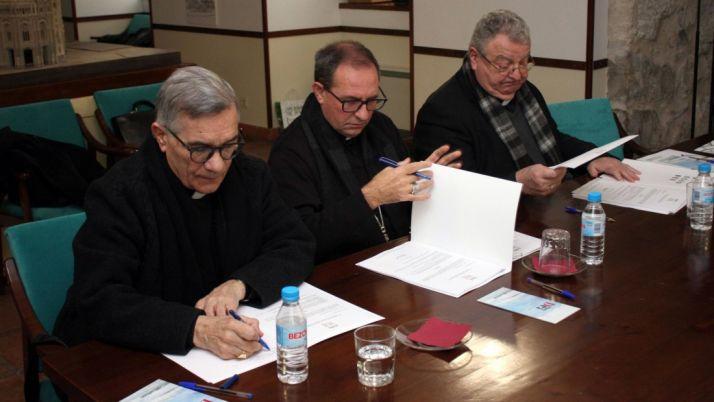 El prelado, en el centro, durante la reunión. /DOS