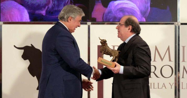 Pérez-Tabernero (izda.) recibe el premio de manos de Herrera. /Jta.