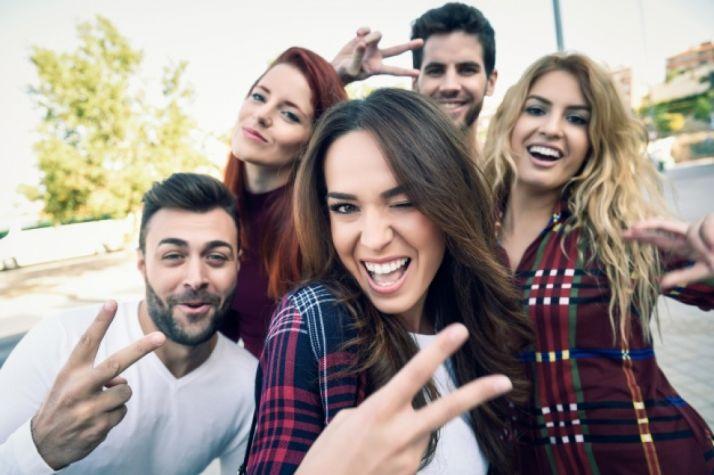 Un grupo se hace un 'selfie'.