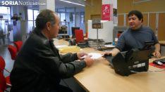 Un agricultor registra su intención de voto. /SN