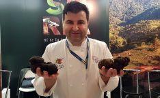 El chef Juan Carlos Benito, con las trufas antes de la subasta./M-Audiovisuales