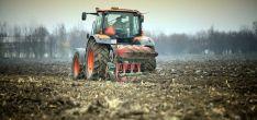Un tractor durane las faenas de siembra.