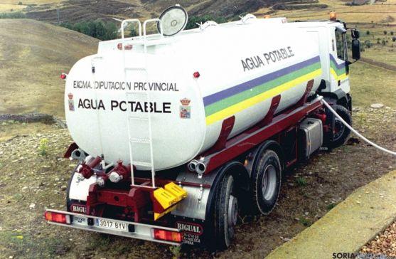Camión cisterna de la Diputación para suministrar agua.