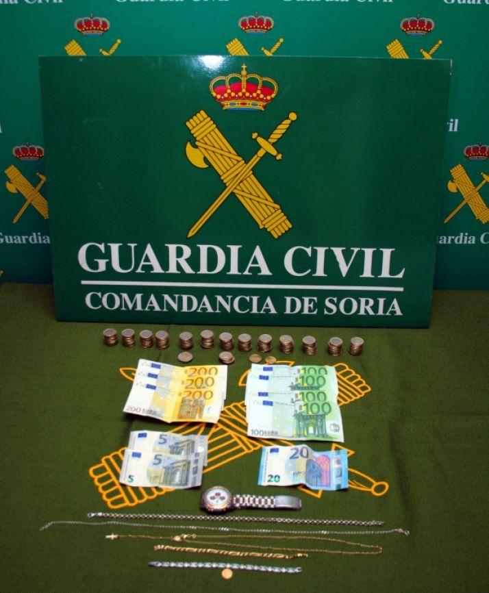 Joyas y dinero incautados a los detenidos./GC