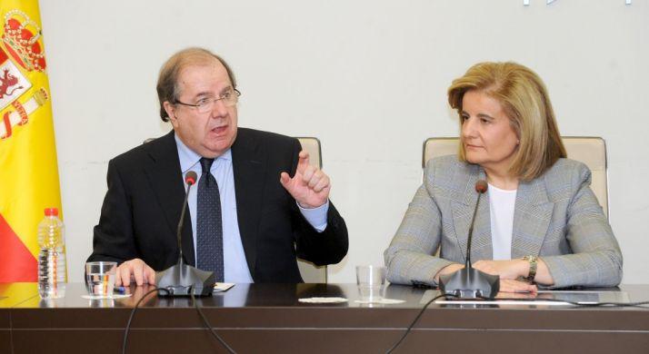 Herrera junto a la ministra Fátima Báñez.