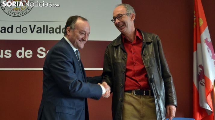 Olano, (dcha.) recibe la felicitación del rector de la UVa este viernes./SN