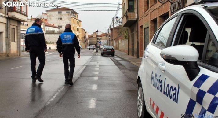 Dos vigilantes municipales de Ágreda en una de sus calles. /SN
