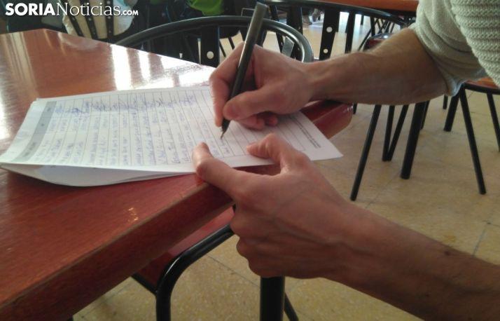 Foto 1 - Los vecinos de Pinares recogen firmas para ampliar el servicio de Pediatría