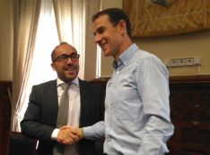 Luis Rey y Amancio del Castillo firman el convenio de colaboración.