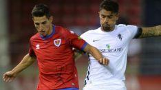 Pere Milla pugna por el esférico en Los Pajaritos contra el Sporting de Gijón. LaLiga