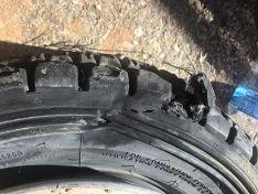 Así quedó una de las ruedas del coche.