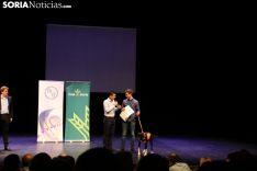 Jorge García, con su perra Luca, recoge el diploma en el Palacio de la Audiencia. Bernat Díez.