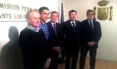 Responsables de los sindicatos (izda.) con patronal y Junta y el embajador (ctro.).
