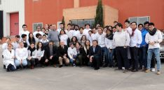 Los estudiantes en una factoría de la Comunidad durante una de las jornadas del viaje. /Jta.