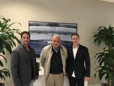Jesús Ciria (izq.) e Iván Laseca (dcha.), junto a Tomás Regalado, alcalde de Miami, durante una reunión.