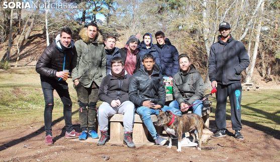 Un grupo de jóvenes en los merenderos junto al puente de hierro. /SN