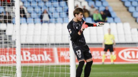 Aitor Fernández defiende la portería del Numancia en Almería. LaLiga.